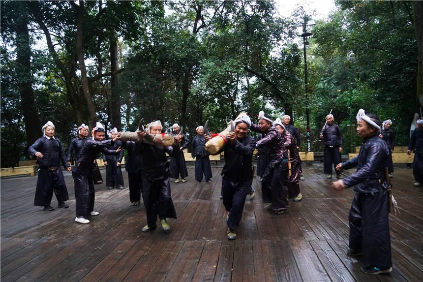 原创             中国最后一个原始部落,被火海吞噬,黔东南还有原生态部落值得守护