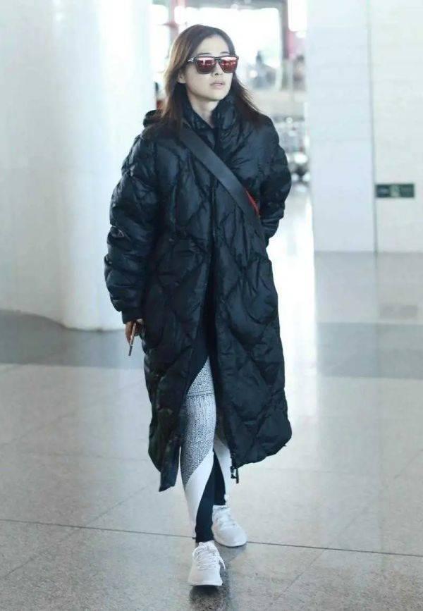 原创             中老年女性穿搭越简单越高级,学梅婷穿皮裙套装,高级大气
