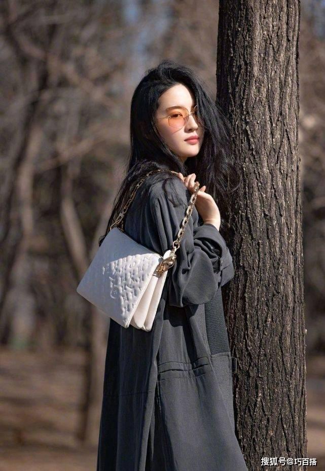 """刘亦菲最新品牌大片,糅合了硬朗与柔美,尽显""""天仙攻""""的气质"""