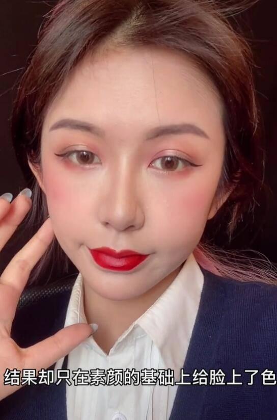 原创             美女网红嘴唇肿得像香肠五官比例失调,被嘲整容过度像刘梓晨孪生妹妹