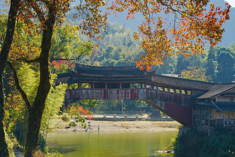 """原创             打卡""""世界最美廊桥"""",一座热闹非凡,另一座却游客稀少"""