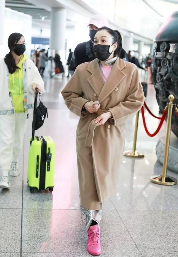 原创             钟丽缇真不显老,驼色大衣配印花裤,50岁穿得比10后女儿还要潮