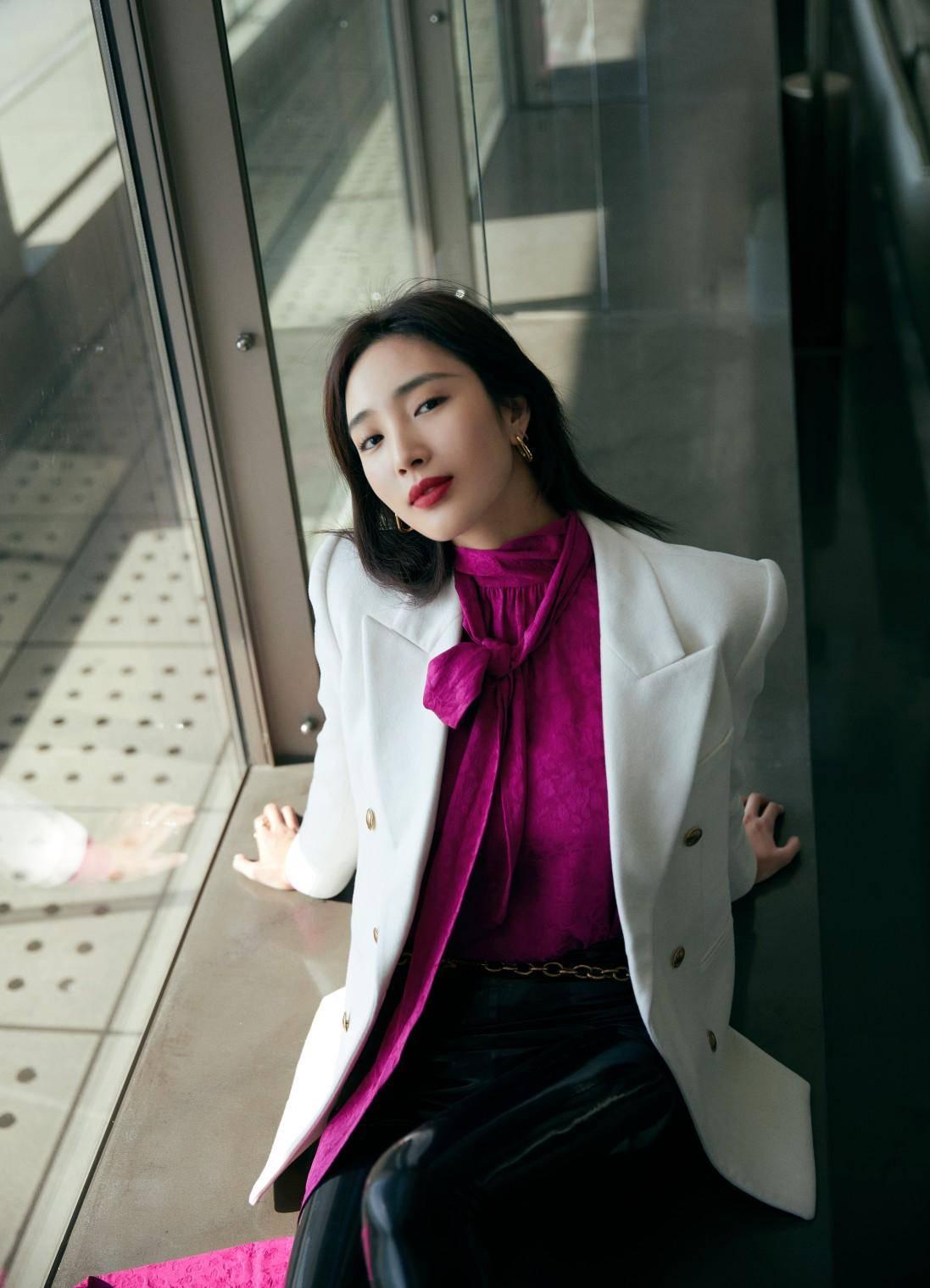 原创             王紫璇白西装配玫红衬衫,干练之余不失妩媚,施展长腿诱惑