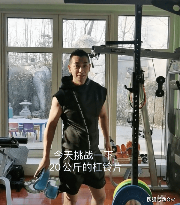 49岁赵文卓赛小伙!负重40斤做倒立卷腹,家中庭院假山成群  第1张