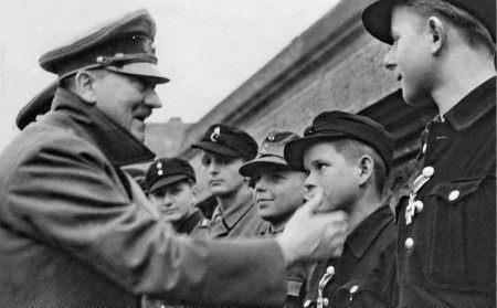 他年仅11岁,用一神秘武器摧毁5辆苏军坦克,希特勒为他颁发勋章