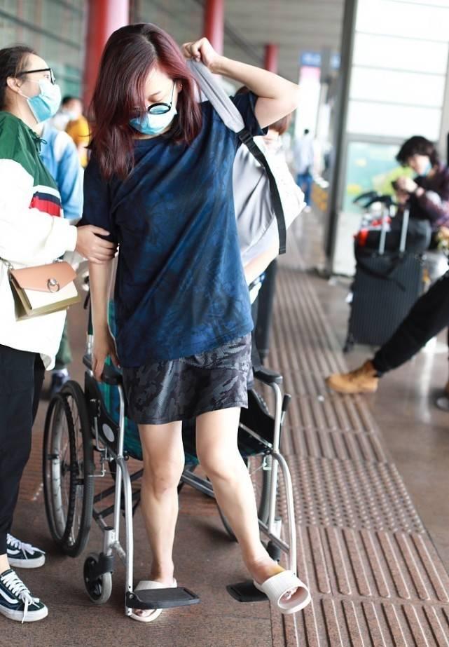 原创             陈松伶素颜走机场,穿羽绒服一副老人打扮,衬的老公更年轻帅气!