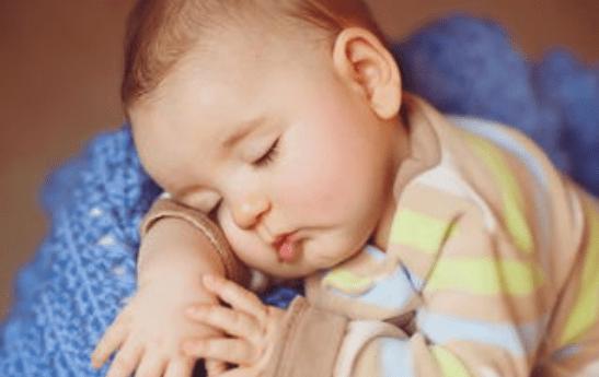 宝宝出生以后,是分床睡好还是跟妈妈睡好?两种选择有弊有利