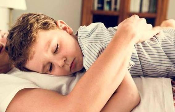 原创11岁儿子跟妈妈同床睡,孩子一个举动,让妈妈下定决心分床