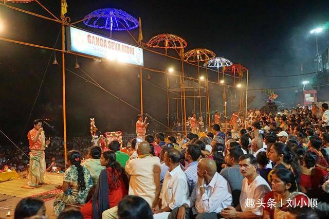 印度恒河边最神圣的宗教仪式,却由于男祭司太帅,女游客都犯花痴