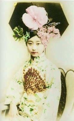 她是婉容皇后的表妹,因痴恋溥仪,选择终生不嫁,一直活到2003年