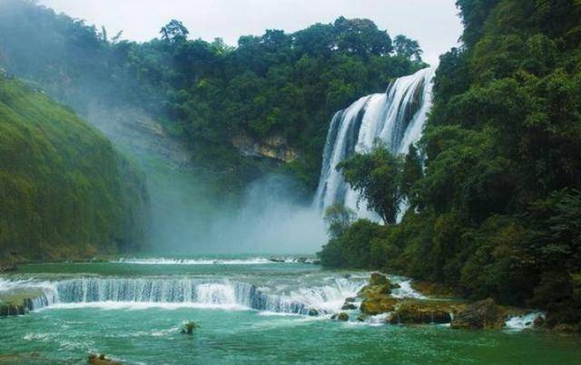 贵州建在高楼上的瀑布,落差高达108米,每小时耗用电费800元