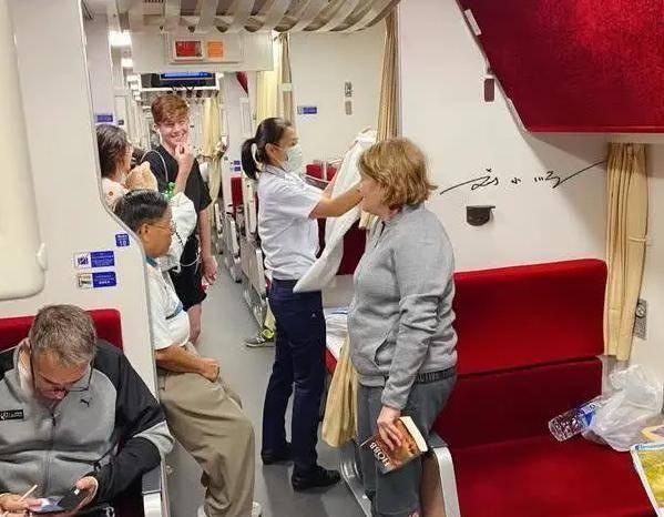 """泰国火车特别体验,超贴心""""夜床""""服务,游客:不愧是泰国"""