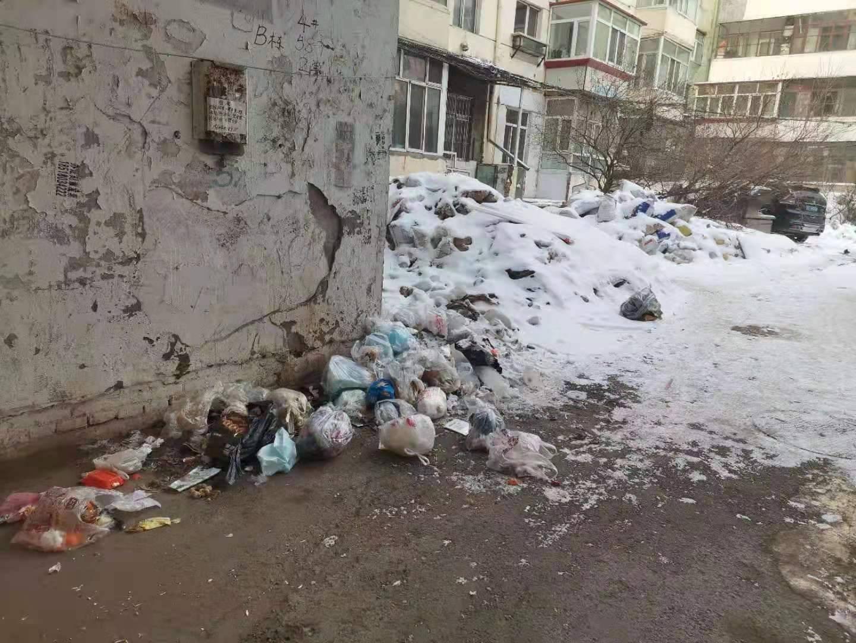 建筑垃圾堆积成山,物业说等雪化了再处理