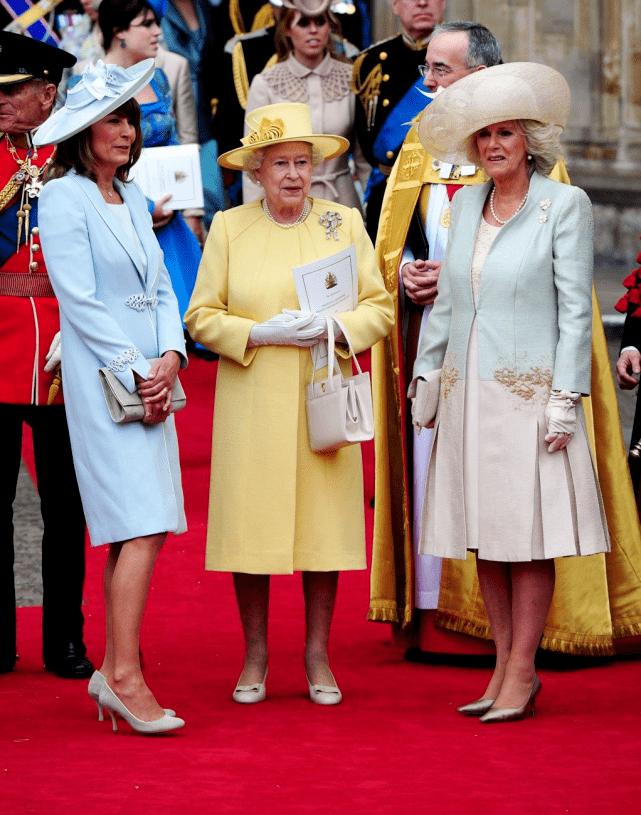 原创             凯特王妃66岁妈妈不简单!裹碎花鱼尾裙登刊,靠两女儿步入名媛圈