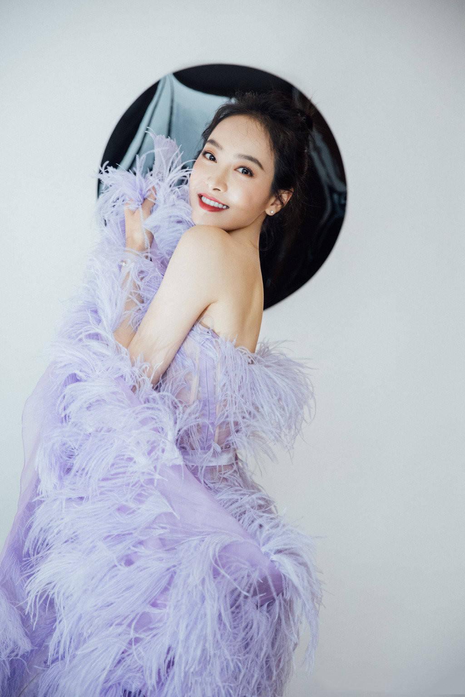 宋茜不愧是时髦精,穿紫色羽毛裙像仙子,造型浮夸却美得有韵味