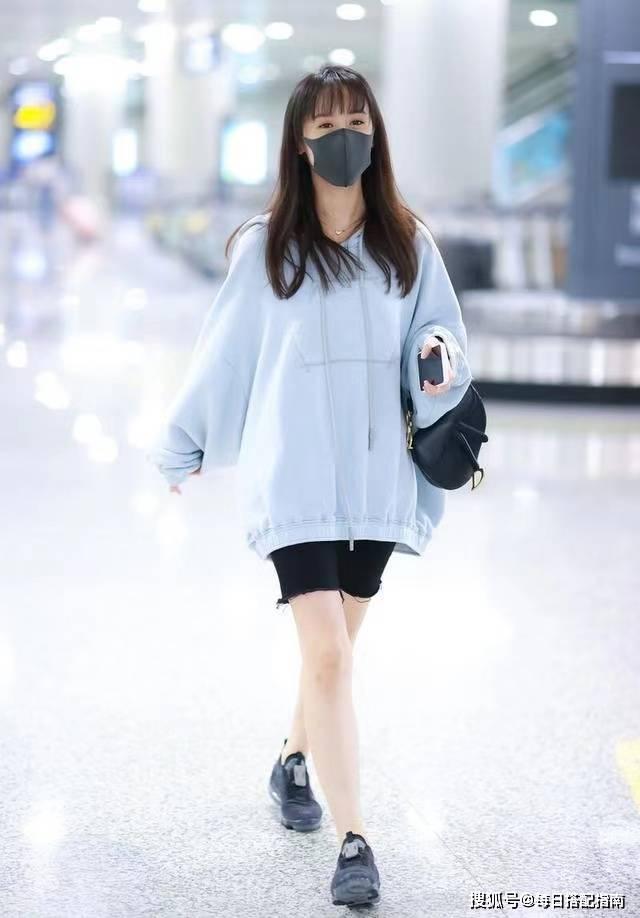 """超显气质的""""雾霾蓝"""",为什么你穿会显老气?问题可能出在细节上"""