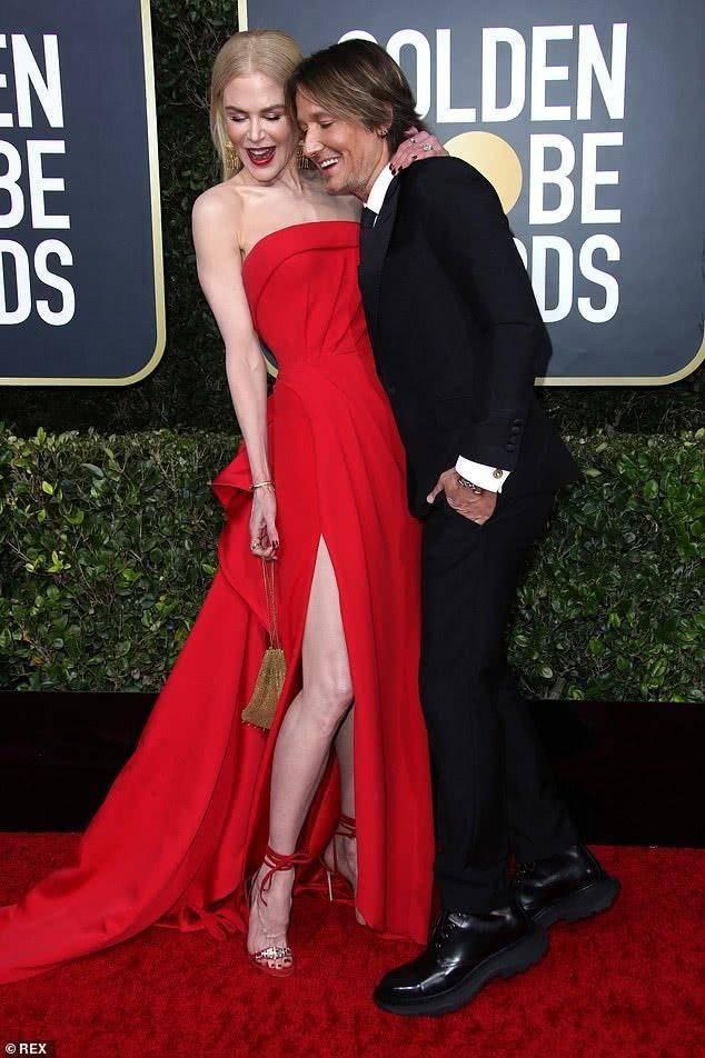 原创52岁妮可红裙惊艳金球奖,皮肤白到发光,丈夫努力增高却仍有差距