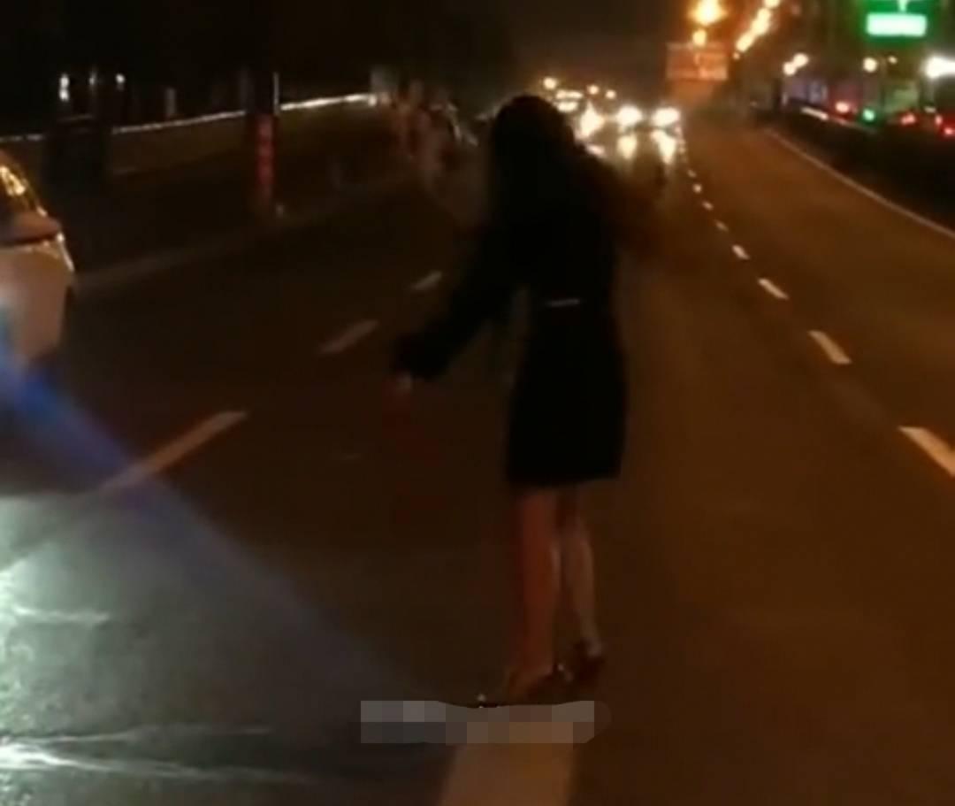 梦到自己躺马路中间 梦见在路上走代表什么