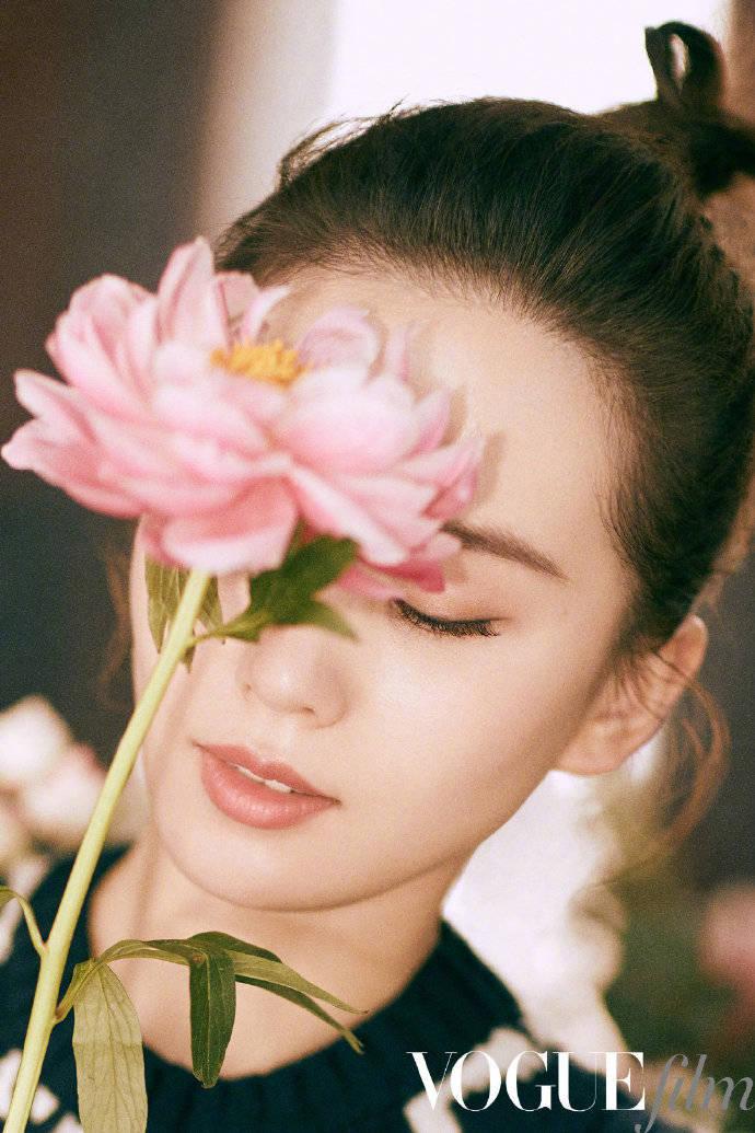 刘诗诗生日比耶照依旧惊艳,时尚大片更是优雅随性,自在随心