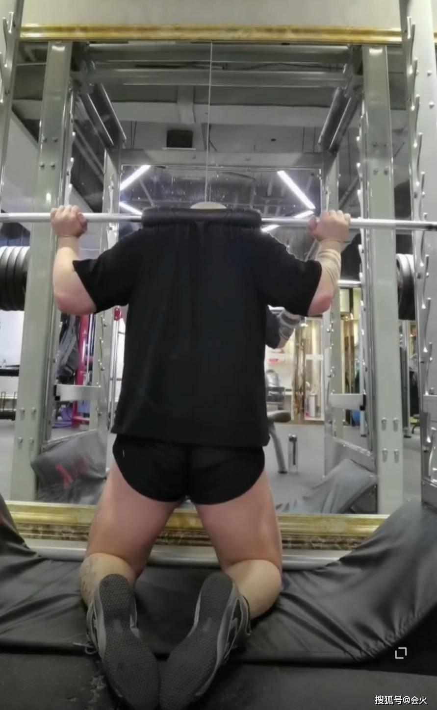 33岁李代沫穿紧身短裤健身,一身壮肉被称猛男,全身超大纹身抢镜