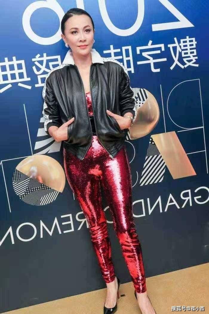 """刘嘉玲又出""""摇摆造型"""",穿亮片连体裤勒出小肚腩,却依然很高级"""