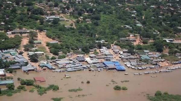 赞比亚卢安瓜县中央商务区被洪水淹没