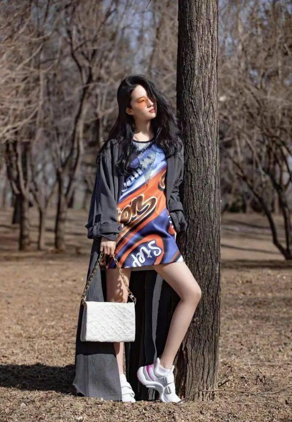 """刘亦菲大胆走""""性感风"""",穿挂脖连衣裙+露腰,仙女气质仍出众"""