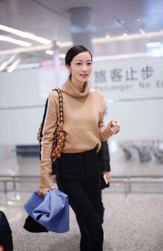 韩雪素颜现身机场,低调粉色羽绒很显气质,被指人更憔悴了?