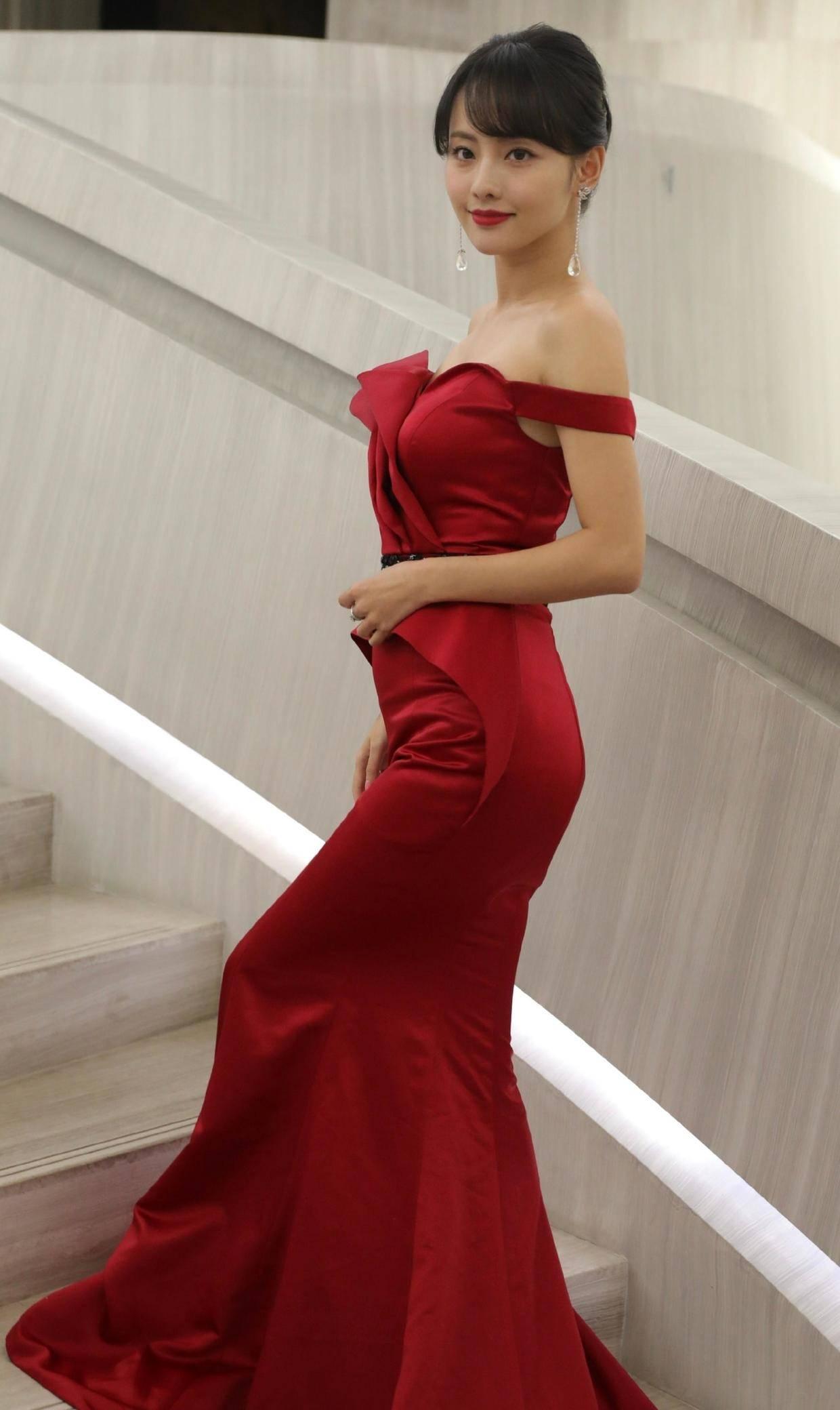 原创             张嘉倪无滤镜太美了,穿红色吊带连衣裙高贵优雅,饱满身材真馋人