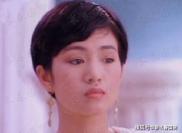 巩俐27年前旧照曝光,五官清秀笑容甜美,满脸胶原蛋白