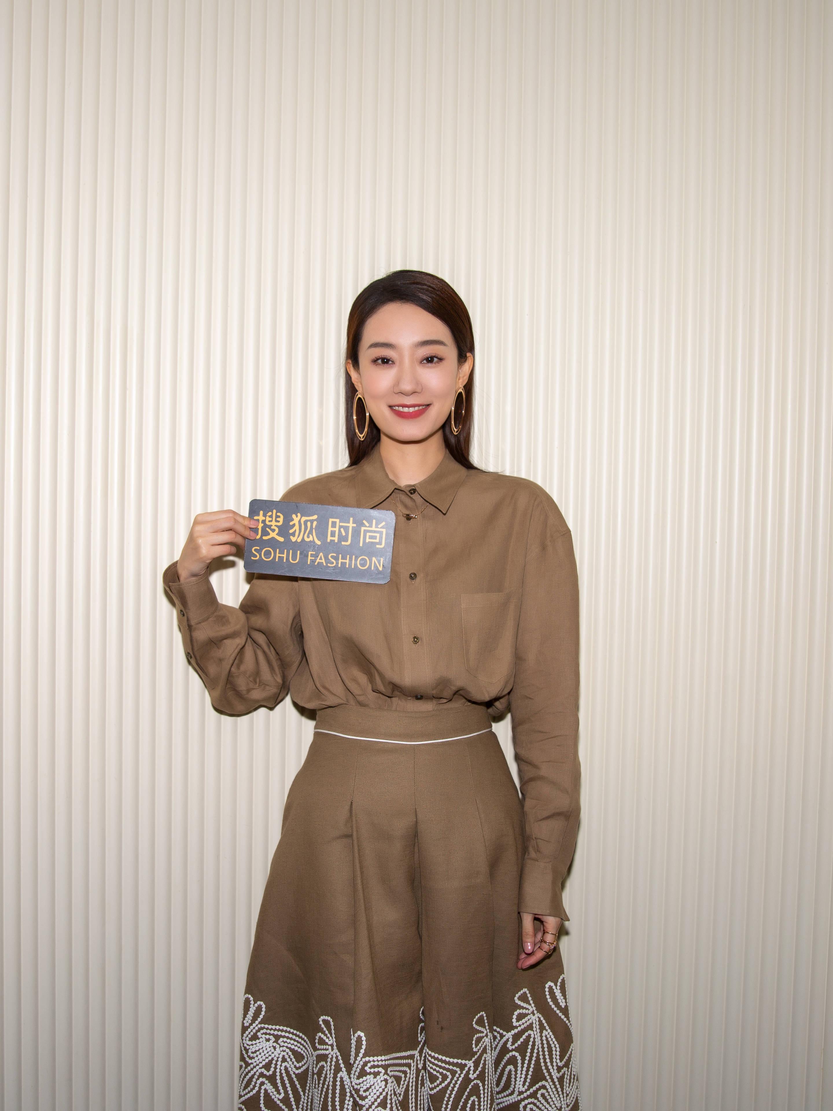 38岁的佟丽娅少女依旧,穿上大牌的张小斐让女人