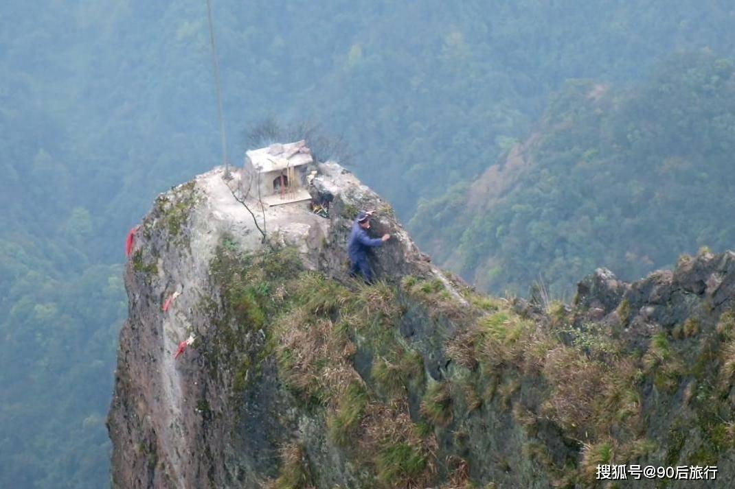 隐居山崖绝壁上的小庙,无数游客不慎坠崖而死,只为上一柱龙头香