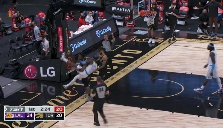 原创             打起来了!抱腿摔!NBA第1狠冲突!湖人怒了!单节狂射9三分