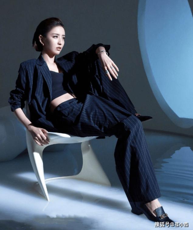 原创佟丽娅又要引领新潮流,把牛仔短裤剪开当腰封,配西装穿意外时髦