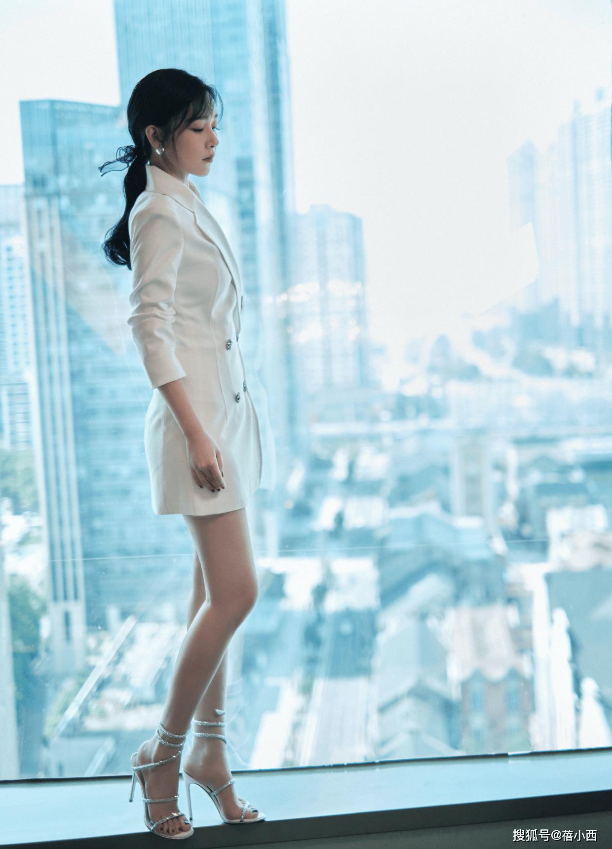 """原创阚清子是名副其实的""""腿精"""",""""真空""""穿西装裙,大胆秀出漫画腿"""