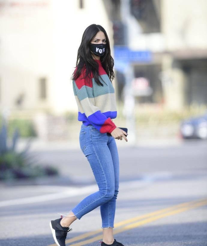 艾莎·冈萨雷斯穿彩色条纹毛衣搭修身牛仔裤,长发飘飘清纯又迷人