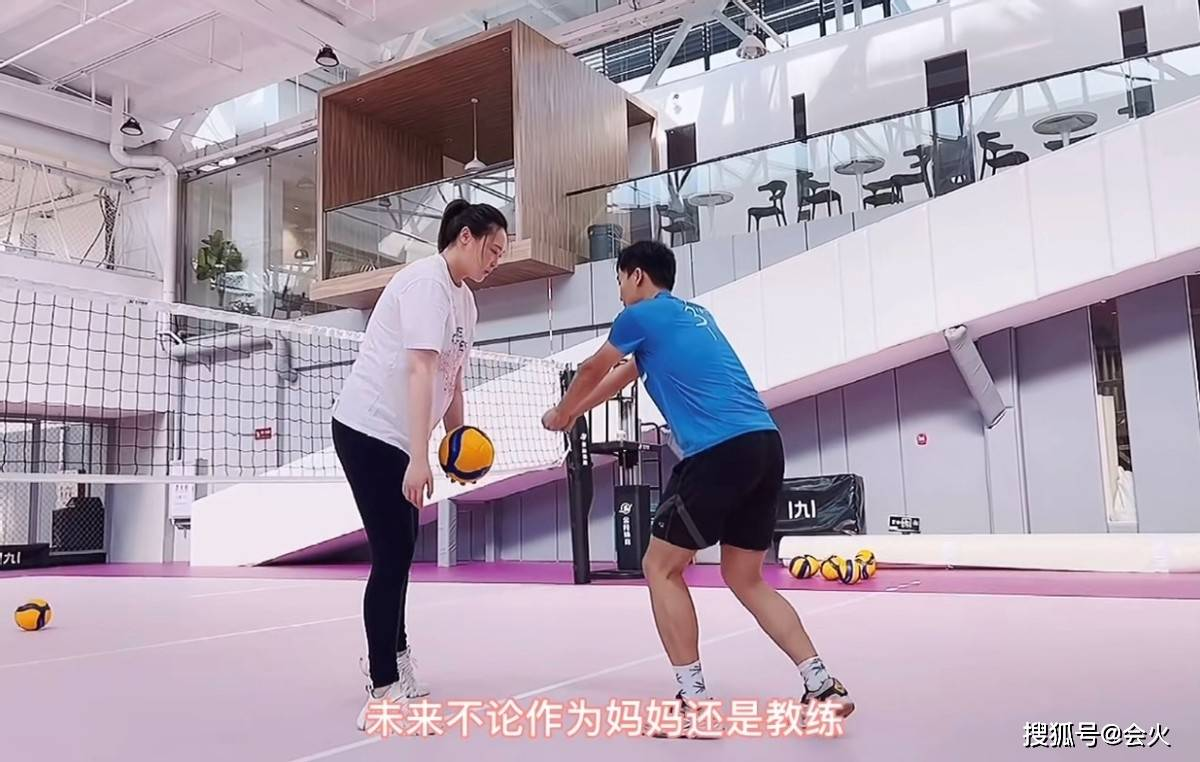 惠若琪挺8月孕肚打排球,亲自示范专业动作,皮肤白皙细腿瞩目