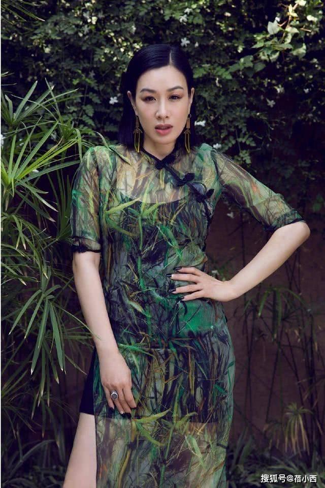 原创             钟丽缇瘦身成功换了编发造型,穿挂脖露背连衣裙,像换了一副身材