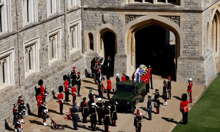 戴安娜王妃葬礼上4个男人的微表情,查尔斯不耐烦,威廉满眼仇恨