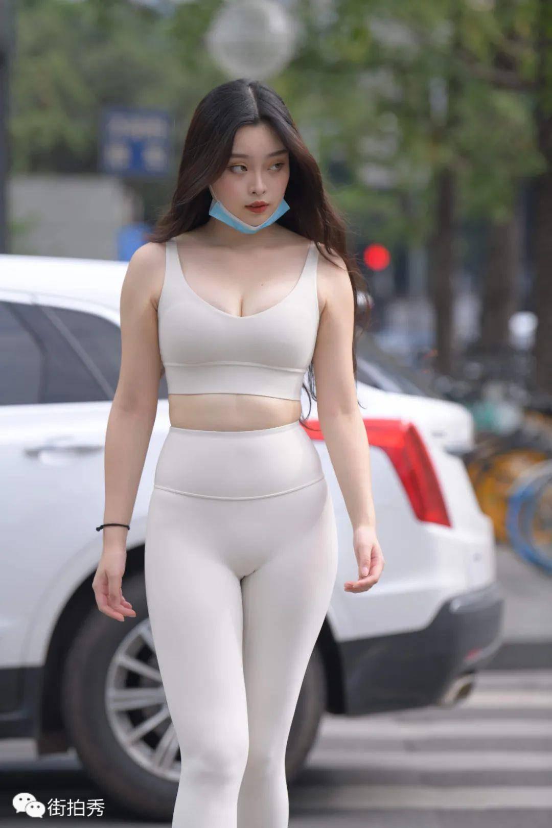 街拍:穿米色瑜伽裤,身材丰腴的长发美女