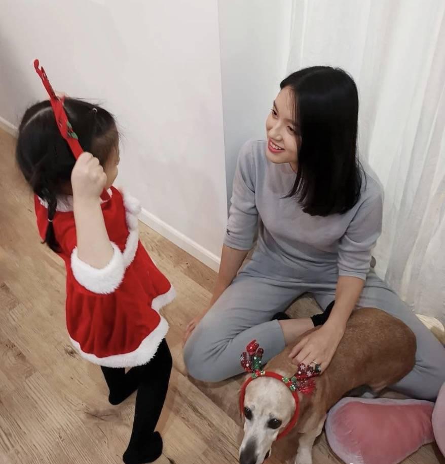 张梓琳晒二胎孕肚低头不见脚 女儿亲吻妈妈肚子 手涂指甲油超爱美-家庭网