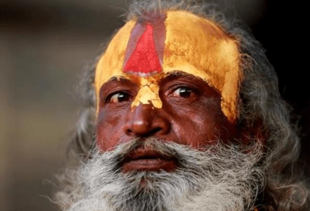 导游提醒:在尼泊尔旅游遇到苦行僧,不要驻足拍照,有多远躲多远