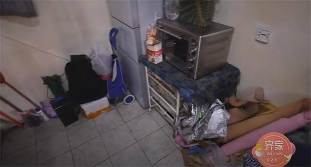 一家四口蜗居北京35㎡半地下房,终日无光,洗菜做饭全在卫生间?  第13张