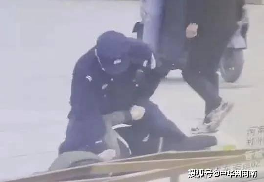 鹤壁男子当街追砍他人 辅警路过,一个飞扑制伏,漂亮!