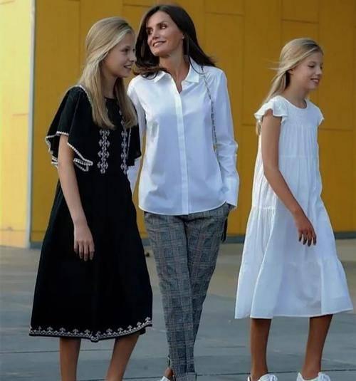 原创             荷兰公主因大码身材被嘲,穿淡黄露肩裙意外显瘦!配卷发风情万种