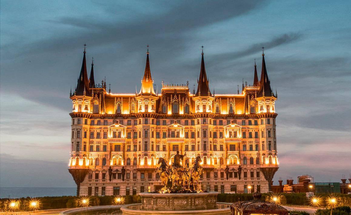 《西虹市首富》里的大酒店,投资6个亿修建,但住一晚却只要500多