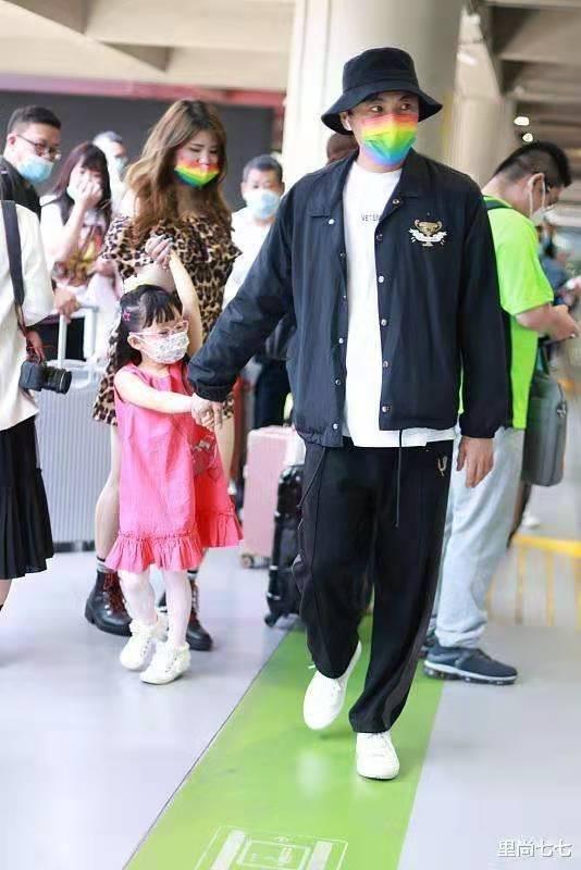 原创             秦昊带女儿走机场,4岁女儿穿小粉裙娇俏可爱,女助理打扮太抢镜