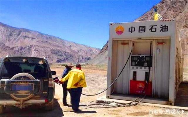 西藏最孤苦的加油站:只有一名职工,起床就营业,油罐放在半山坡