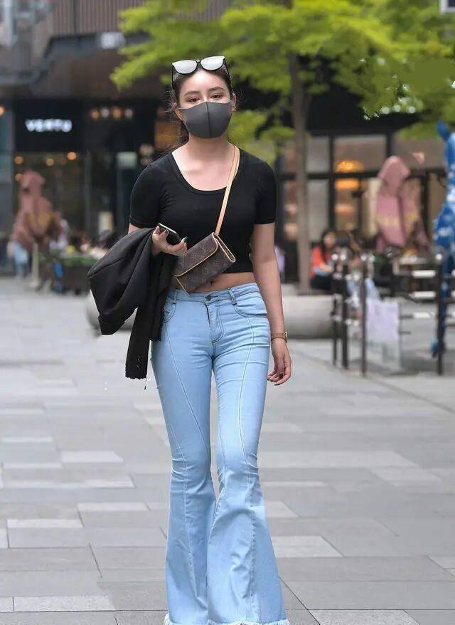 黑色针织长袖短上衣搭配紧身打底裤,夏季这样穿舒适清爽显瘦显高
