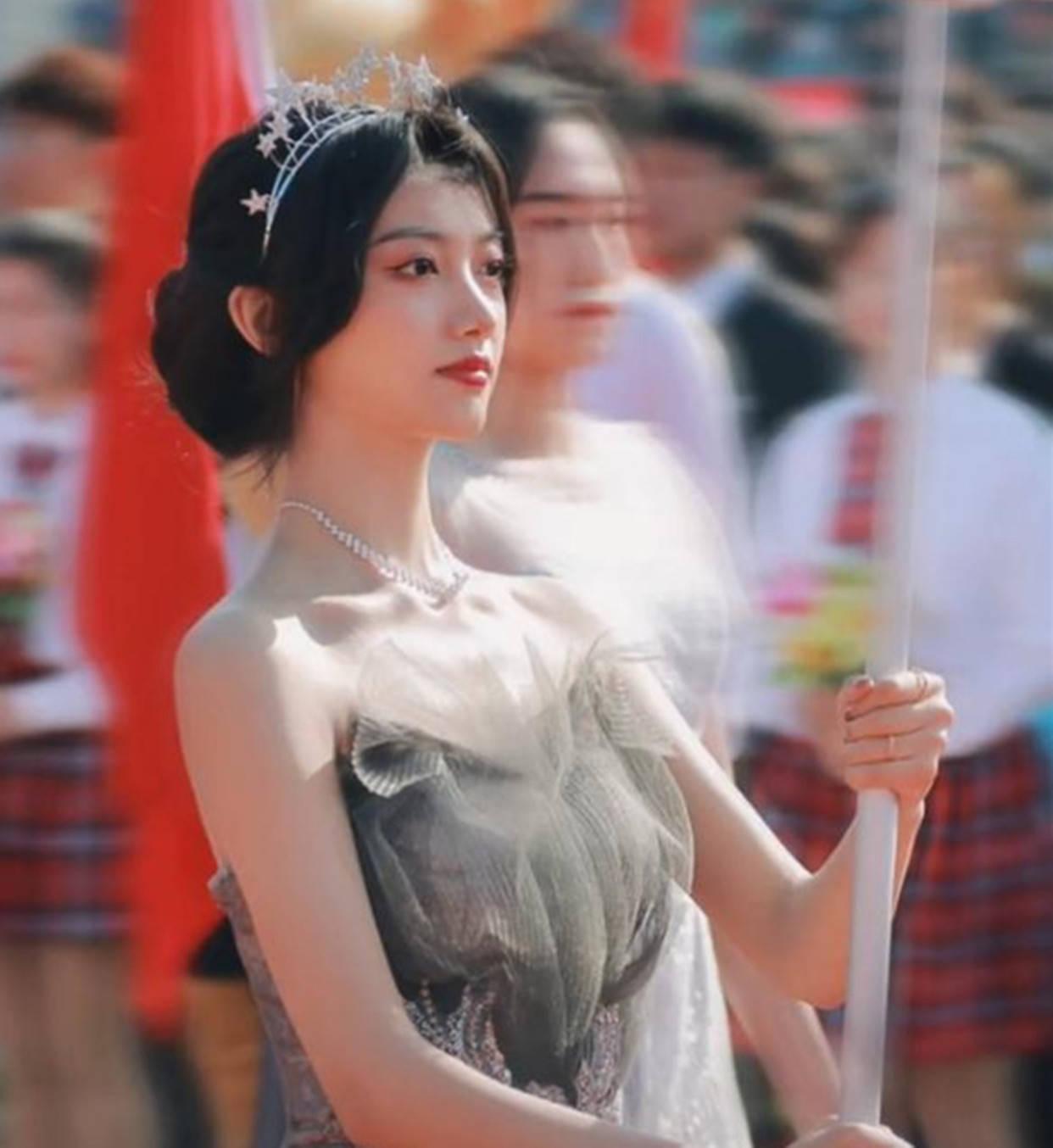 青島大學舉牌美女驚艷全場,長相甜美,畫面養眼,不料卻引發爭議